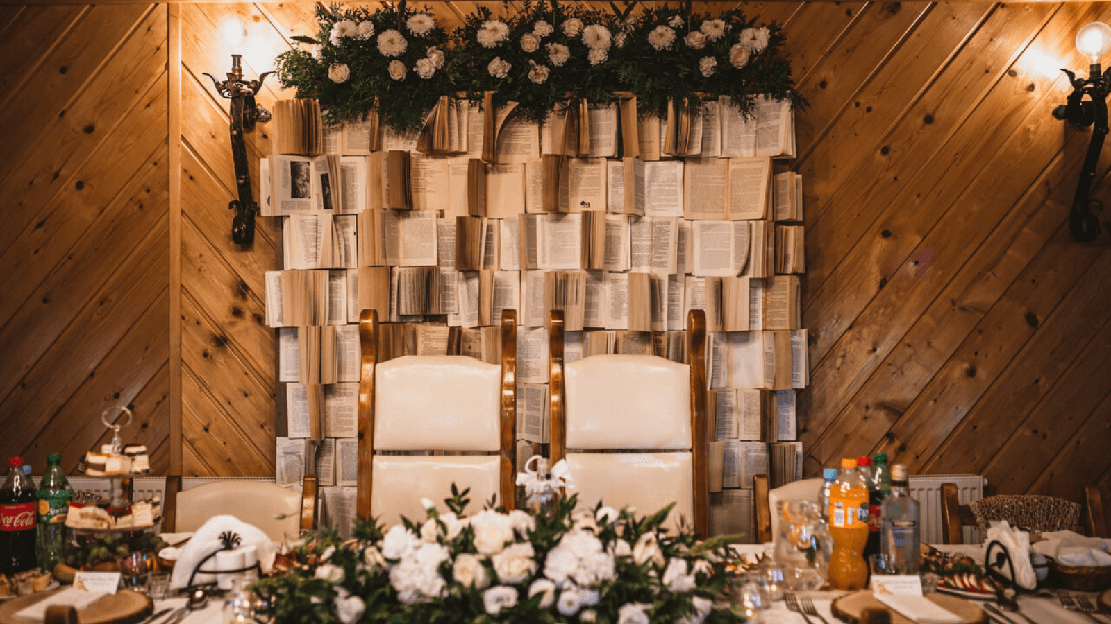 ścianka z książek dekoracje Natlia Czop inLove / Design Your Wedding